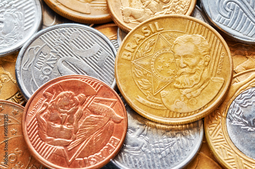 Foto  Close up picture of Brazilian real coins, shallow depth of field.