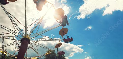 Zdjęcie XXL park rozrywki karuzela przeciw błękitne niebo z miejsca kopiowania