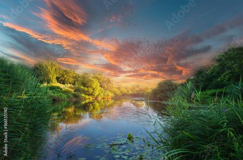 Foto auf Gartenposter Fluss kitschiger Sonnenuntergang am See