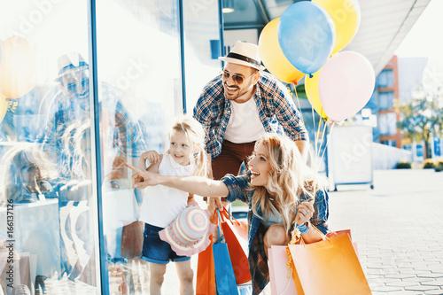 Fototapeta Happy Family in Shopping obraz