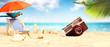 Schöner Strand mit Fotoapparat - Urlaub Konzept
