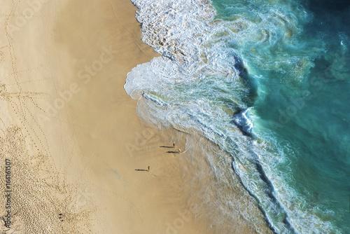 Photo ariel view on beach with waves and people at Karang Dawa, Manta Bay or Kelingkin