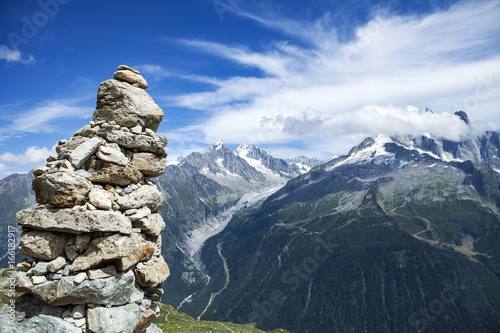 Foto auf Gartenposter Reflexion cairn in the foreground and alps range