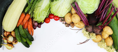 Poster Légumes frais Fresh raw vegetables isolated on white background.