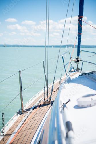 Poster Zeilen Sailing on beautiful blue lake