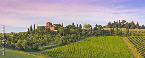 Deurstickers Toscane Weingut im Abenrot in der Toskana, (Chiantigebiet)