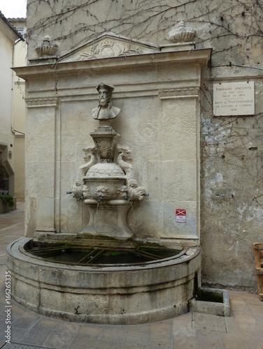 Spoed Foto op Canvas Fontaine Saint-Rémy de Provence et sa Fontaine de Nostradamus