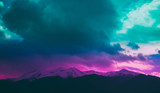 Fotografia przedstawiająca piękny nastrojowy mglisty krajobraz. Europejskie alpejskie góry z śnieżnymi szczytami na niebieskiego nieba tle. - 166313520