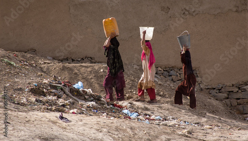 Photo Women carrying water in Kabul, Afghanistan