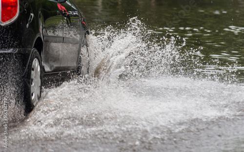 Plakat samochód w wodzie po ulewnym deszczu i powodzi
