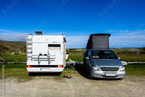 Photo  Motorhome RV and campervan are parked on a beach.