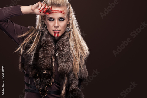 Photo  Portrait of viking woman in a traditional warrior clothes