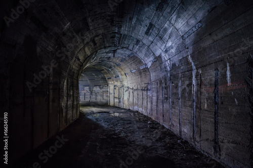 Papiers peints Tunnel Tunnel in abandoned Soviet bunker. Turn the tunnel