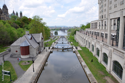Fotobehang Kanaal Rideau Canal in downtown Ottawa, Ontario, Canada. Rideau Canal was registered as a UNESCO World Heritage Site for the reason of the oldest continuously operated canal system in North American.