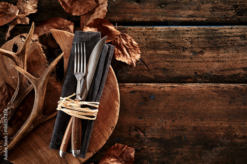 Poster Cerf Deer antlers with cutlery on wooden board