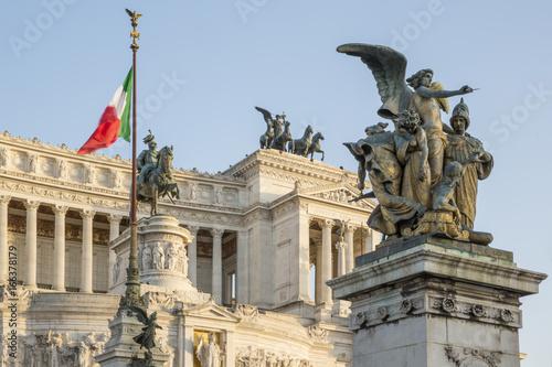 Fotografie, Tablou  Vista laterale del monumento nazionale a Vittorio Emanuele II, meglio conosciuto con il nome di Vittoriano o Altare della Patria, Ara Patriæ, è un monumento nazionale situato a Roma, sul Campidoglio