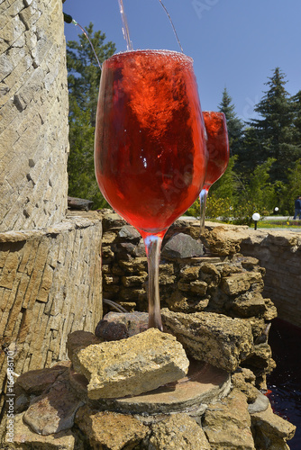 ogromne-kieliszki-napelnione-po-brzegi-winem-rozowym