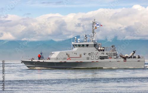 Plakat Rosyjski okręt poruszający się wzdłuż wybrzeża