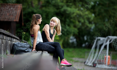Frauen relaxen nach dem Sport