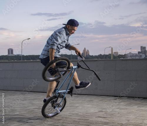 Photo Bmx freestyle. A man on bmx doing tricks.