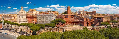 Zdjęcie XXL Panoramiczny widok z ruinami Trajana Forum, rynku, Trajana Kolumna i kościół Najświętszego Imienia Maryi w słoneczny dzień, Rzym, Włochy