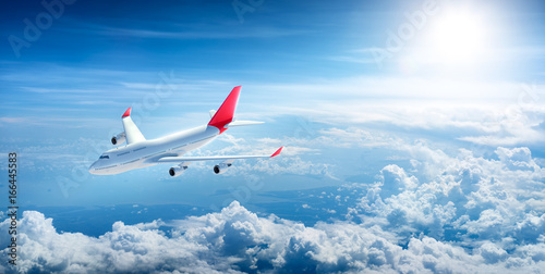 Poster Avion à Moteur Airplane flying above clouds