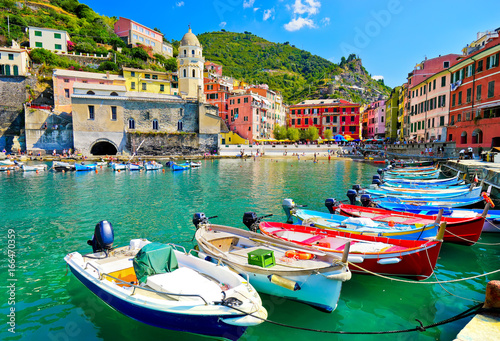 Fotobehang Liguria View of the beautiful seaside of Vernazza village in summer in the Cinque Terre area, Italy.