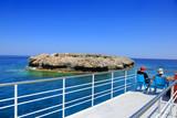 Fototapeta  - Piękny widok z pokładu statku pasażerskiego na wyspę na morzu Śródziemnym.