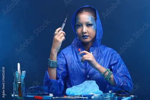 Photo  Blue Tone Fashion Scientist in Dark room laboratory with tools lab hygiene, drop