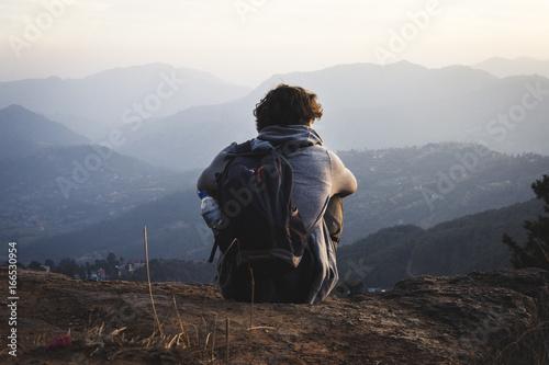 Chico solitario contemplando las montañas Canvas Print