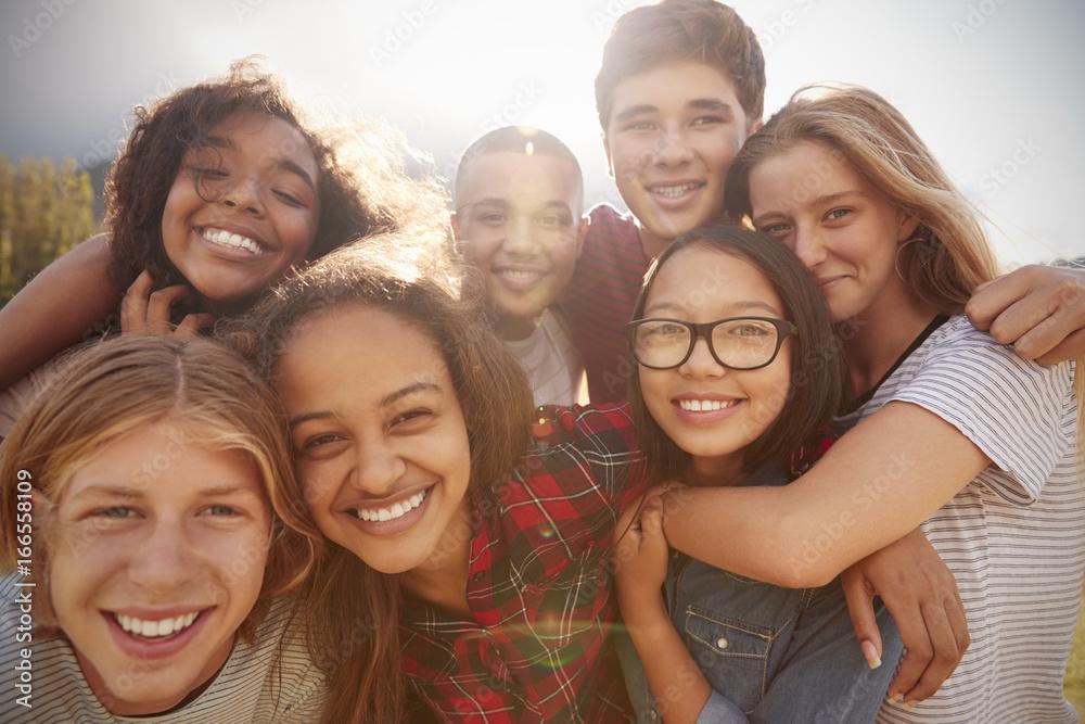 Fotografía  Teenage school friends smiling to camera, close up