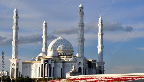 Weiße Hazrat-Sultan-Moschee mit vier Minaretten und der großen Kuppel