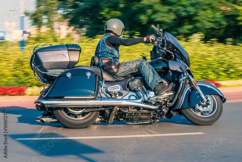 Photo Man riding classic tourist motorbike