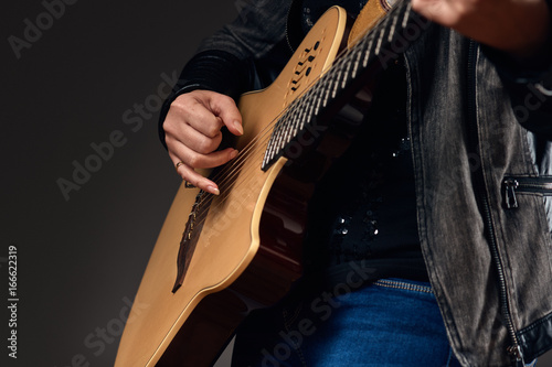 Photo Close-up of the guitar player