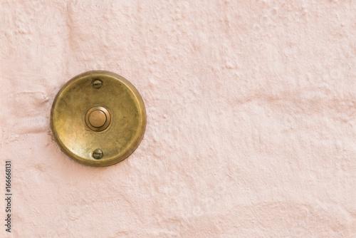 Fotografie, Obraz  Alte Haustürklingel an einer Hauswand