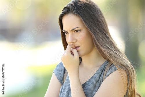 Carta da parati  Nervous woman biting nails outdoors