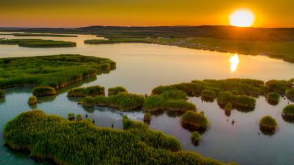 Widok z lotu ptaka Wyspa trzciny w jeziorze na Węgrzech, Sukoro, Velence.