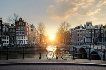 Bicikli postavljeni mostom preko kanala Amsterdama, Nizozemska. Bicikl je glavni oblik prijevoza u Amsterdamu u Nizozemskoj.