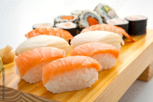 Foto  salmon sushi set. Japanese food