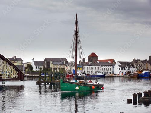 Boot im Hafen von Ramsey auf der Isle of Man Wallpaper Mural