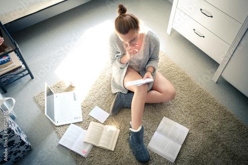 Foto  Junge Frau beim Lernen - Abitur, Studium, Prüfung, Ausbildung