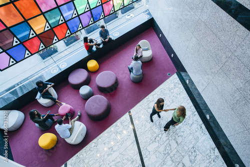 Fotografiet  Overhead view of people meeting and working in lobby of office