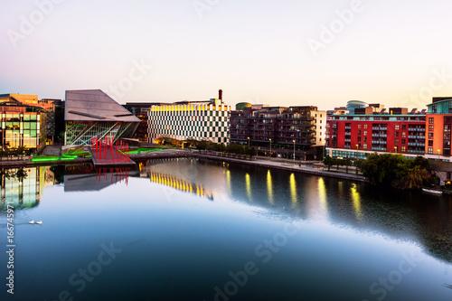 Zdjęcie XXL Dublin, Irlandia. Widok z lotu ptaka kanał grande przy wschodem słońca