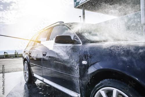 Zdjęcie XXL Samochód myjący pod wysokim ciśnieniem na zewnątrz.