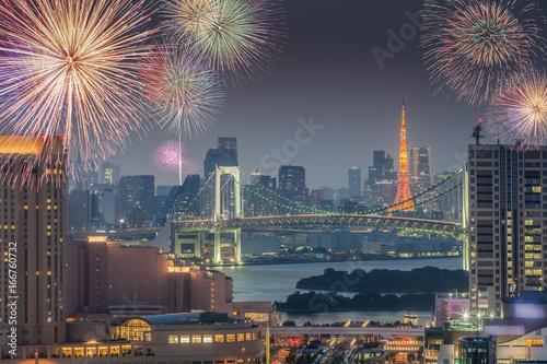 Plakat Tokio miasta widok i Tokio wierza z pięknymi fajerwerkami