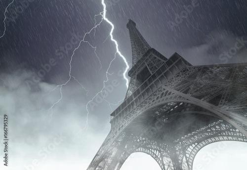 Plakat Wieża Eiffla podczas ciężkiej burzy, deszczu i oświetlenia w Paryżu, kreatywny obraz