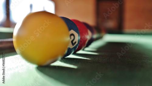 bolas coloridas em cima da mesa de bilhar em close Wallpaper Mural