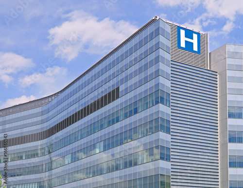 Foto  Building with large H sign for hospital