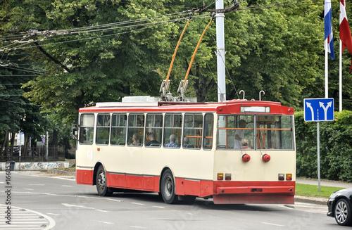 Fototapeta Trolejbus na ulicy miasta obraz