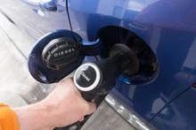 ディーゼル燃料の給油  Supply Diesel Fuel To Car